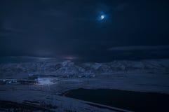 多雪的山和湖风景有上面满月的 月亮和云彩在天空 巴库,阿塞拜疆, Xojasan湖 库存图片