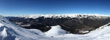 多雪的山峰全景在山脉的 免版税库存图片