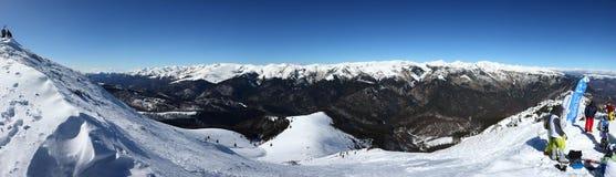 多雪的山峰全景在Oslea远足的 免版税库存图片