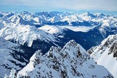 多雪的山峰全景 库存图片
