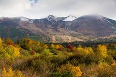 多雪的山峰和秋季colurs在Daisetsuzan 免版税图库摄影