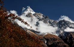 多雪的山峰在喜马拉雅山 图库摄影