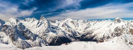 多雪的山峰 免版税库存照片