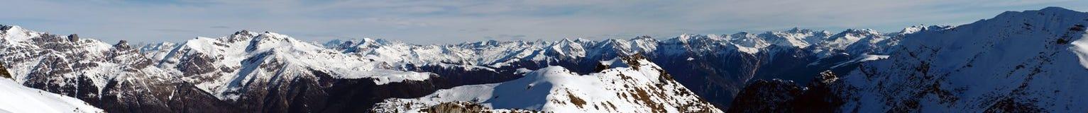 多雪的山的全景在贝加莫和莱科,意大利之间的 库存照片