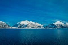 多雪的山的坚固性秀丽室外看法围拢博多的在挪威 免版税库存图片