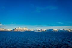 多雪的山的坚固性秀丽室外看法围拢博多的在挪威 库存图片