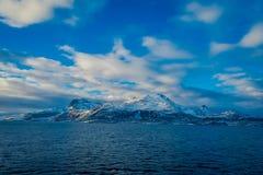多雪的山的坚固性秀丽室外看法围拢博多的在挪威 库存照片