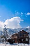 多雪的山的小屋 库存图片