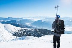 多雪的山的旅游运动员 免版税库存照片