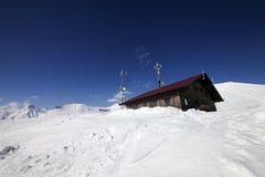 多雪的山的木旅馆 库存照片