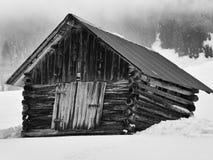 多雪的山的木谷仓 库存照片