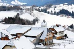 多雪的山的村庄 免版税图库摄影