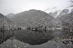 多雪的山的湖 免版税库存照片
