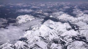 多雪的山的鸟瞰图,灰色锐化并且登上伊万斯 股票视频