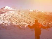 多雪的山的滑雪者 库存照片