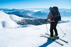 多雪的山的滑雪者 免版税库存照片
