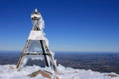 多雪的山顶 免版税库存图片