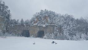 多雪的岩石采石场 库存照片