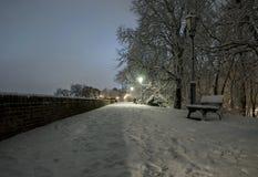 多雪的布拉格街道夜风景  免版税库存图片