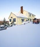 多雪的房子 免版税库存照片