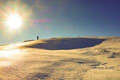 多雪的最高的冠的登山人在意大利 免版税库存图片