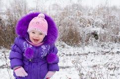 多雪的横向的愉快的小女孩 库存照片