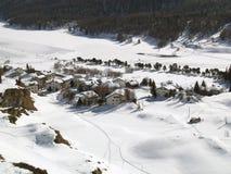 多雪的瑞士村庄 库存照片