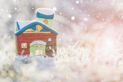 多雪的草的玩具房子 图库摄影