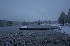 多雪的蓝色黄昏晚上美丽的自然和风景照片和木桥在卡特琳娜霍尔姆瑞典斯堪的那维亚 库存照片