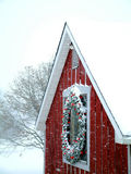 多雪的谷仓 免版税库存照片