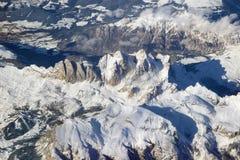 多雪的阿尔卑斯山鸟瞰图  库存照片