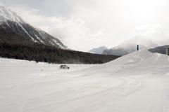 多雪的风景全景视图和山和汽车在雪在阿尔卑斯瑞士 免版税库存图片