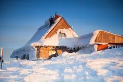 多雪的风景的木房子 库存照片