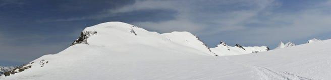 多雪的4000米峰顶全景  免版税库存图片