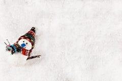 多雪背景的雪人 库存图片