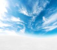 多雪蓝色小山的天空 免版税库存图片