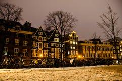 多雪阿姆斯特丹的晚上 免版税库存图片