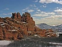 多雪2个天红色的岩石 免版税库存照片