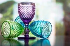 多颜色与反射的小的玻璃在bokeh背景中 免版税库存图片