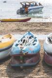 多颜色划艇或海在与拷贝空间的海滩划皮船 库存照片