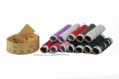 多颜色螺纹和棉花与别针和纸统治者 库存照片