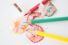 多颜色铅笔和在写生簿削尖 免版税图库摄影