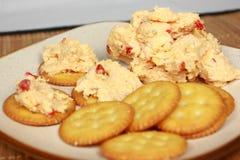 多香果在薄脆饼干的涂抹干酪 免版税库存图片