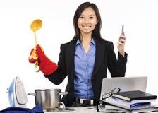 多任务-准备膳食和工作 免版税库存照片
