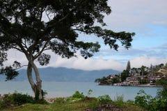 多巴湖,对Tuk-Tuk的看法从沙摩西岛海岛 库存照片