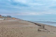 多暴风雨的天气吹横跨海滩的沙子并且粗化海浪 免版税库存照片