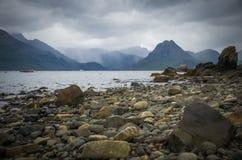 多暴风雨的天气和一个多岩石的海滩在斯凯岛小岛的Elgol在苏格兰 免版税库存图片