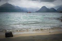 多暴风雨的天气和一个救助艇在斯凯岛小岛的Elgol在苏格兰 免版税库存照片