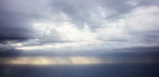 多暴风雨的天气-从平面窗口的看法 免版税库存照片