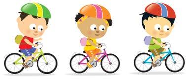 多2个骑自行车的种族的孩子 库存图片
